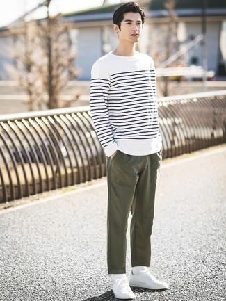 Cómo combinar: camiseta de manga larga de rayas horizontales en blanco y azul marino, pantalón chino verde oliva, tenis blancos, calcetines blancos