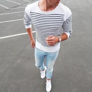 Cómo combinar: camiseta de manga larga de rayas horizontales en blanco y azul marino, vaqueros desgastados celestes, tenis blancos, reloj de lona blanco