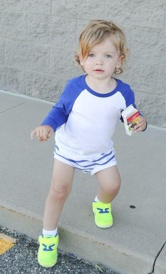 Cómo combinar: camiseta de manga larga en blanco y azul, pantalones cortos blancos, zapatillas en amarillo verdoso