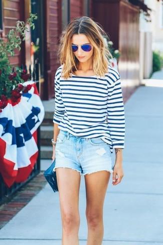 Cómo combinar: camiseta de manga larga de rayas horizontales en blanco y azul, pantalones cortos vaqueros celestes, cartera sobre de cuero azul marino, gafas de sol azules