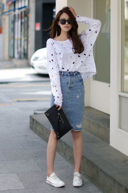 cmo combinar una falda lpiz vaquera azul con una camiseta de manga larga estampada