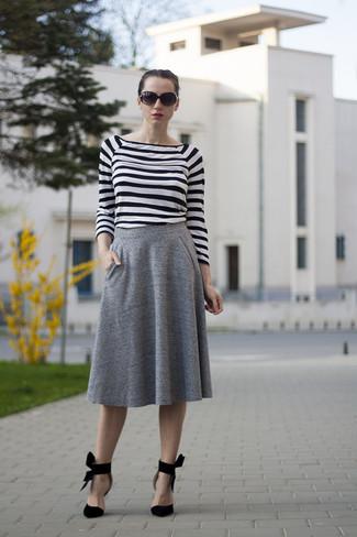 Cómo combinar: camiseta de manga larga de rayas horizontales en blanco y negro, falda midi plisada gris, zapatos de tacón de ante negros, gafas de sol negras