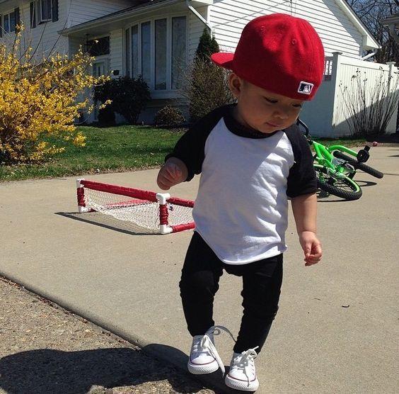 f72edf36bb042 ... Gorra de béisbol roja. Cómo combinar  camiseta de manga larga en blanco  y negro