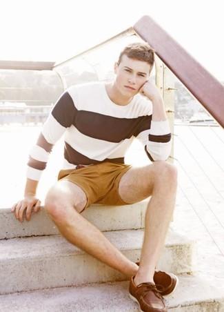 Haz de una camiseta de manga larga de rayas horizontales en blanco y negro y unos pantalones cortos mostaza tu atuendo para un look agradable de fin de semana. ¿Te sientes ingenioso? Dale el toque final a tu atuendo con náuticos de cuero marrónes.