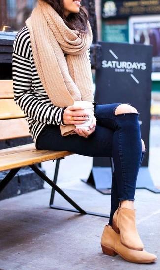Cómo combinar: camiseta de manga larga de rayas horizontales en blanco y negro, vaqueros pitillo desgastados azul marino, botines de cuero marrón claro, bufanda de punto marrón claro