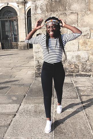 Cómo combinar: camiseta de manga larga de rayas horizontales en blanco y negro, vaqueros pitillo negros, tenis de lona blancos, cinta para la cabeza en multicolor