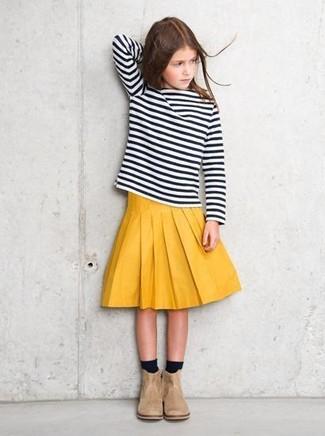 Cómo combinar: camiseta de manga larga de rayas horizontales en negro y blanco, falda amarilla, botas de ante en beige, calcetines negros