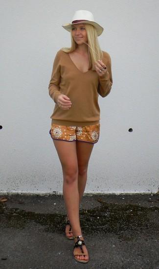 Una camiseta de manga larga tabaco y unos pantalones cortos naranjas son el combo perfecto para llamar la atención por una buena razón. ¿Te sientes valiente? Completa tu atuendo con sandalias de dedo de cuero negras.