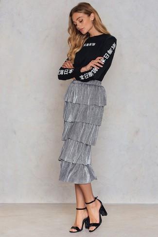 Cómo combinar: camiseta de manga larga estampada en negro y blanco, falda midi plisada plateada, sandalias de tacón de terciopelo negras