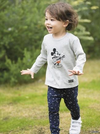 Cómo combinar: camiseta de manga larga estampada gris, leggings de estrellas azul marino, zapatillas blancas