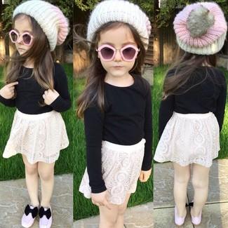 Cómo combinar: camiseta de manga larga negra, falda de encaje blanca, bailarinas rosadas, gorro blanco