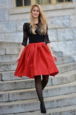 Cómo combinar: camiseta de manga larga de encaje negra, falda campana de satén roja, zapatos de tacón de ante negros, reloj dorado