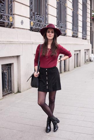 Cómo combinar: camiseta de manga larga burdeos, falda con botones negra, botines de cuero negros, bolso bandolera de cuero negro