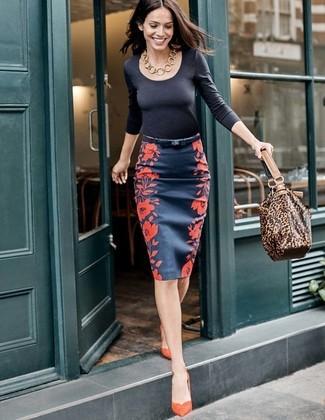 Cómo combinar: camiseta de manga larga negra, falda lápiz con print de flores azul marino, zapatos de tacón de ante naranjas, bolsa tote de cuero de leopardo marrón