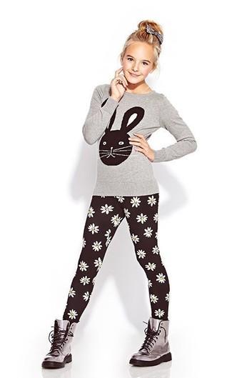 Cómo combinar: camiseta de manga larga gris, leggings negros, botas grises