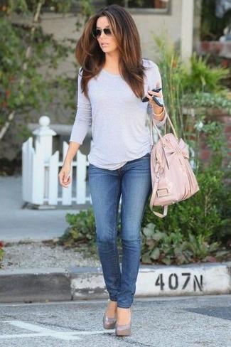 Cómo combinar: camiseta de manga larga gris, vaqueros azules, zapatos de tacón de cuero grises, bolsa tote de cuero rosada