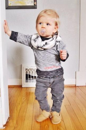Cómo combinar: camiseta de manga larga gris, vaqueros grises, botas marrón claro