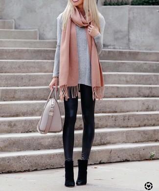 Cómo combinar: camiseta de manga larga gris, leggings de cuero negros, botines de ante negros, bolsa tote de cuero rosada