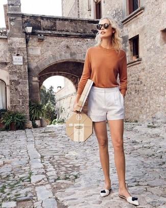 Cómo combinar: camiseta de manga larga marrón claro, pantalones cortos blancos, chinelas de cuero blancas