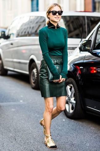 Intenta combinar una camiseta de manga larga verde azulado con una cartera sobre de cuero verde oscuro de mujeres de Loeffler Randall y te verás como todo un bombón. Este atuendo se complementa perfectamente con botines con cordones de cuero con recorte dorados.