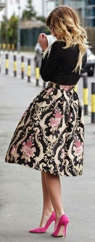 Cómo combinar: camiseta de manga larga negra, falda campana estampada negra, zapatos de tacón de ante rosa