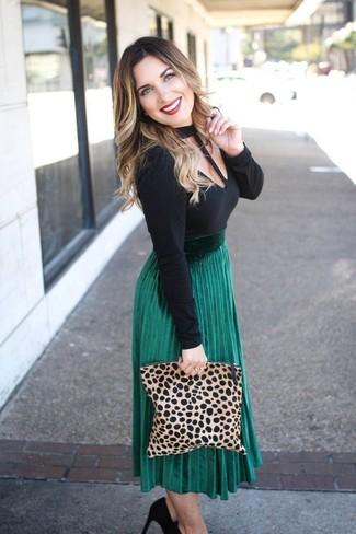 Cómo combinar: camiseta de manga larga con recorte negra, falda midi plisada verde, zapatos de tacón de ante negros, cartera sobre de ante de leopardo marrón claro