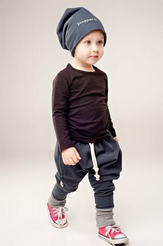 Cómo combinar: camiseta de manga larga negra, pantalón de chándal en gris oscuro, zapatillas rojas, gorro gris
