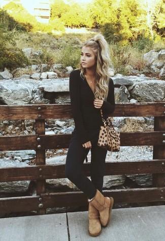 Cómo combinar: camiseta de manga larga negra, pantalones pitillo negros, botas ugg marrón claro, bolso bandolera de cuero de leopardo marrón claro