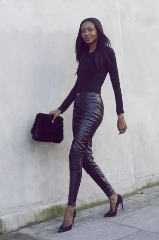 Cómo combinar: camiseta de manga larga negra, pantalones pitillo de cuero negros, zapatos de tacón de ante negros, cartera sobre de pelo negra