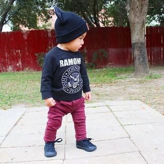 Cómo combinar: camiseta de manga larga estampada negra, vaqueros morado, zapatillas negras, gorro negro