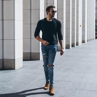 Cómo combinar: camiseta de manga larga negra, vaqueros pitillo desgastados celestes, botines chelsea de ante marrónes, gafas de sol negras
