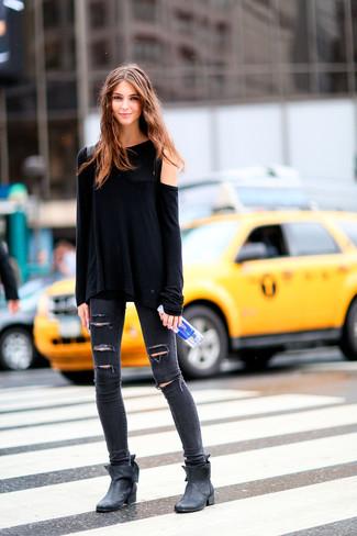 Cómo combinar: camiseta de manga larga negra, vaqueros pitillo desgastados en gris oscuro, botines de cuero negros