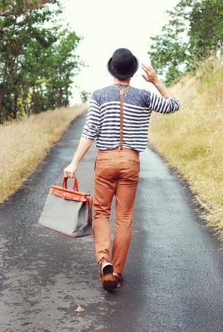 Cómo combinar: camiseta de manga larga de rayas horizontales gris, pantalón chino en tabaco, bolsa tote de lona gris, sombrero negro