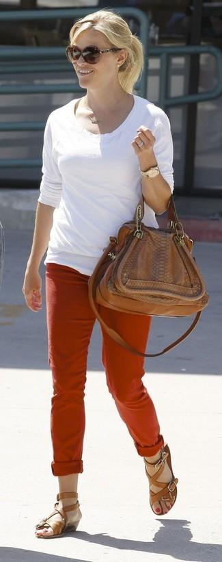 Cómo combinar: camiseta de manga larga blanca, pantalón chino rojo, sandalias romanas de cuero marrónes, bolso de hombre de cuero marrón