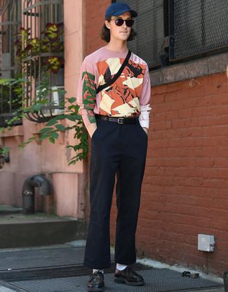 Cómo combinar: camiseta de manga larga estampada rosada, pantalón chino azul marino, zapatos derby de cuero tejidos negros, riñonera negra