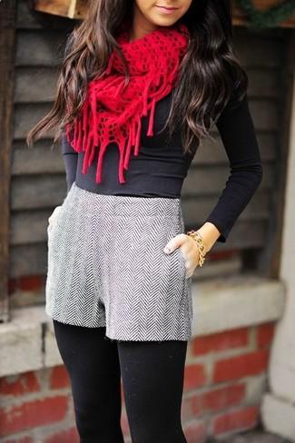 Cómo combinar: camiseta de manga larga negra, pantalones cortos de lana de espiguilla grises, bufanda de punto roja, pulsera dorada