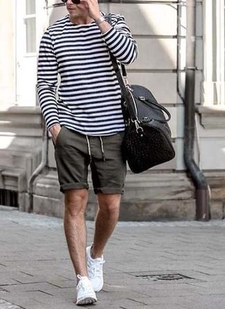 Cómo combinar: camiseta de manga larga de rayas horizontales en blanco y azul marino, pantalones cortos en gris oscuro, deportivas blancas, bolsa de viaje de cuero negra