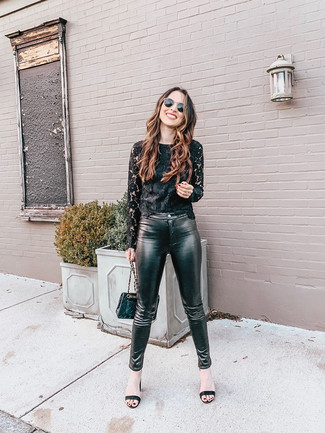 Cómo combinar: camiseta de manga larga de encaje negra, pantalones pitillo de cuero negros, sandalias de tacón de cuero negras, bolso bandolera de cuero acolchado negro