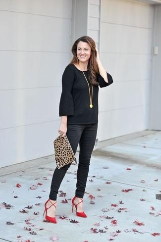 Cómo combinar: camiseta de manga larga con volante negra, pantalones pitillo negros, zapatos de tacón de ante rojos, cartera sobre de ante de leopardo marrón claro