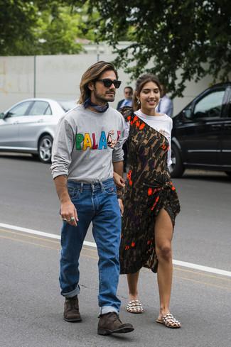 Cómo combinar: camiseta de manga larga estampada gris, vaqueros azules, botas casual de ante en marrón oscuro, bandana azul marino