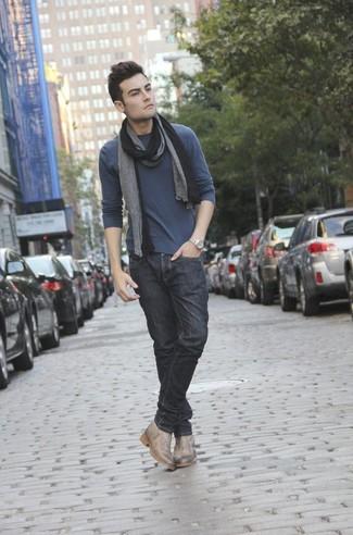 Cómo combinar: camiseta de manga larga en gris oscuro, vaqueros negros, botines chelsea de cuero en beige, bufanda negra