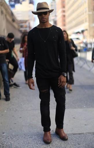 Cómo combinar una camiseta de manga larga negra: Empareja una camiseta de manga larga negra con unos vaqueros desgastados negros transmitirán una vibra libre y relajada. ¿Te sientes valiente? Completa tu atuendo con botines chelsea de cuero marrónes.
