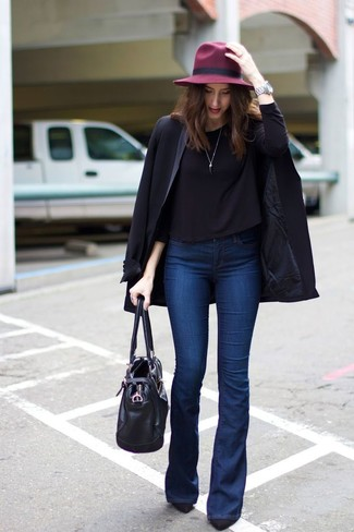 Cómo combinar: camiseta de manga larga negra, vaqueros de campana azul marino, zapatos de tacón de ante negros, bolsa tote de cuero negra