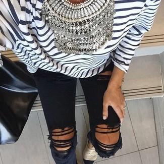Cómo combinar: camiseta de manga larga de rayas horizontales en blanco y azul marino, vaqueros pitillo desgastados negros, alpargatas en beige, bolsa tote de cuero negra