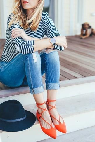 Cómo combinar: camiseta de manga larga de rayas horizontales en blanco y azul marino, vaqueros pitillo desgastados azules, bailarinas de cuero naranjas, sombrero de lana azul marino