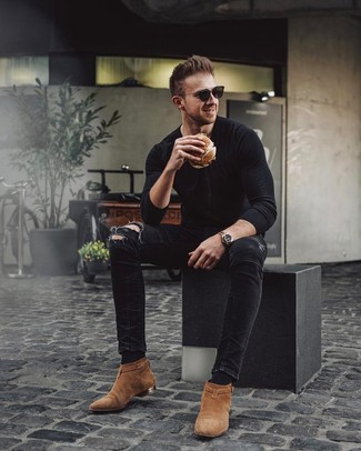 Cómo combinar: camiseta de manga larga negra, vaqueros pitillo desgastados negros, botines chelsea de ante en tabaco, gafas de sol negras