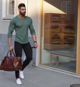 Cómo combinar: camiseta de manga larga verde oliva, vaqueros pitillo desgastados negros, tenis de cuero blancos, bolsa de viaje de cuero en marrón oscuro