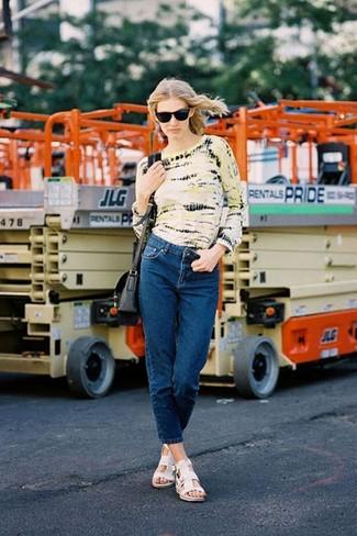 Look de moda: Camiseta de manga larga efecto teñido anudado amarilla, Vaqueros azul marino, Sandalias planas de cuero blancas, Bolso bandolera de cuero negro