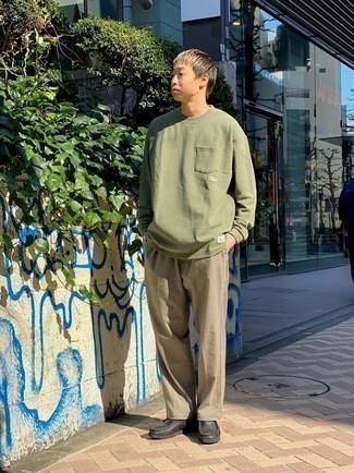 Look de moda: Camiseta de manga larga verde oliva, Pantalón chino marrón claro, Botas safari de cuero negras