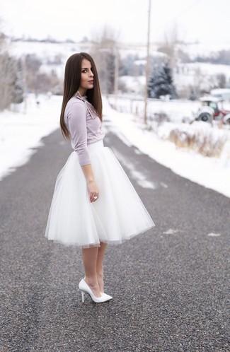 Haz de una camiseta de manga larga violeta claro y una falda campana de tul blanca tu atuendo para un look diario sin parecer demasiado arreglada. Agrega zapatos de tacón de cuero blancos a tu apariencia para un mejor estilo al instante.